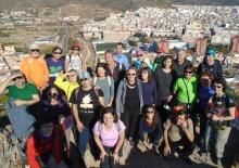El Grup de Caminants, de fons la Vall d'Uixó